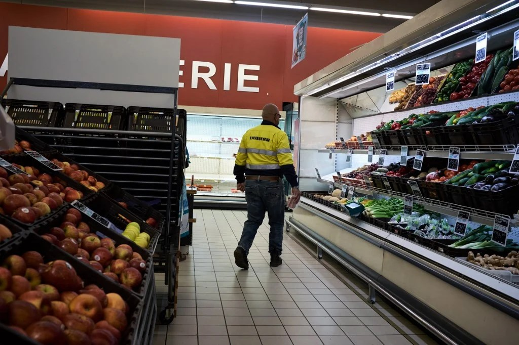 https www thelocal fr 20201102 french supermarkets ordered to close non essential aisles