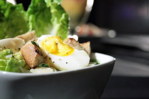Food-Photography---soft-boilded-egg-on-salad