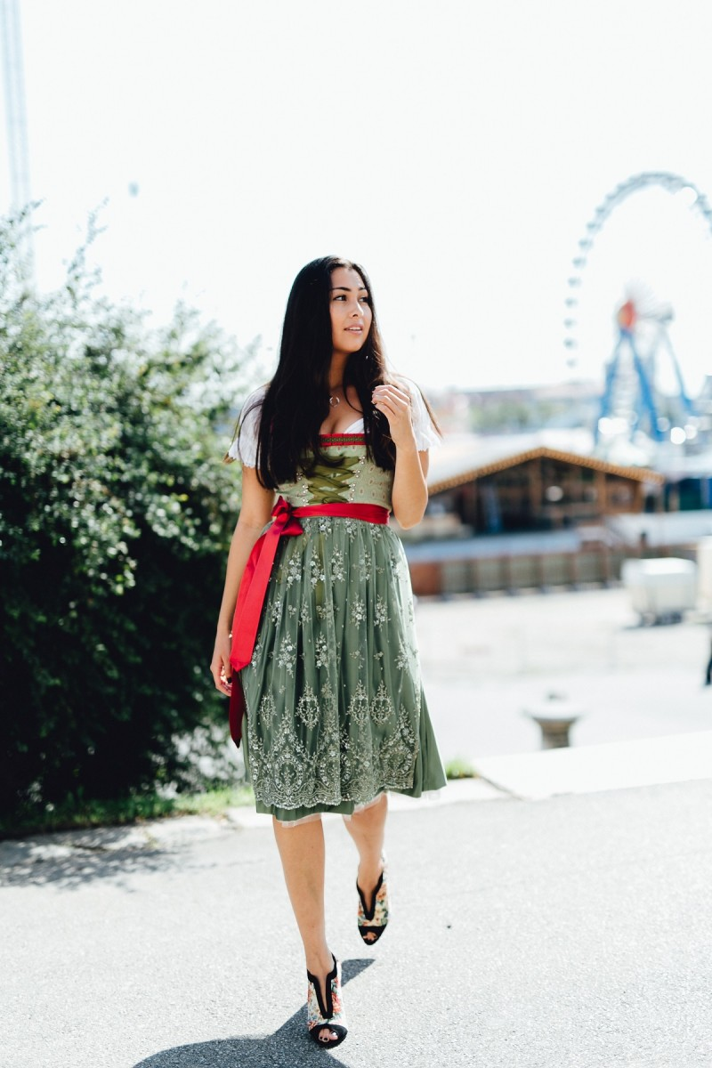 Traditions And Dirndl-Dirndltime-Oktoberfest-Wiesn-Trachten-Tradition-Fesch-München-Munich-Streetstyle-Look-Fashion-Blog-Fashionblogger-Ootd-Inspiration-Hirschkette-Schmuckrausch-Alpenwelt Versand-Bayern-Intramontabile Pumps-Peeptoes-Bavaria-Theresienwiese-Marina Scholze