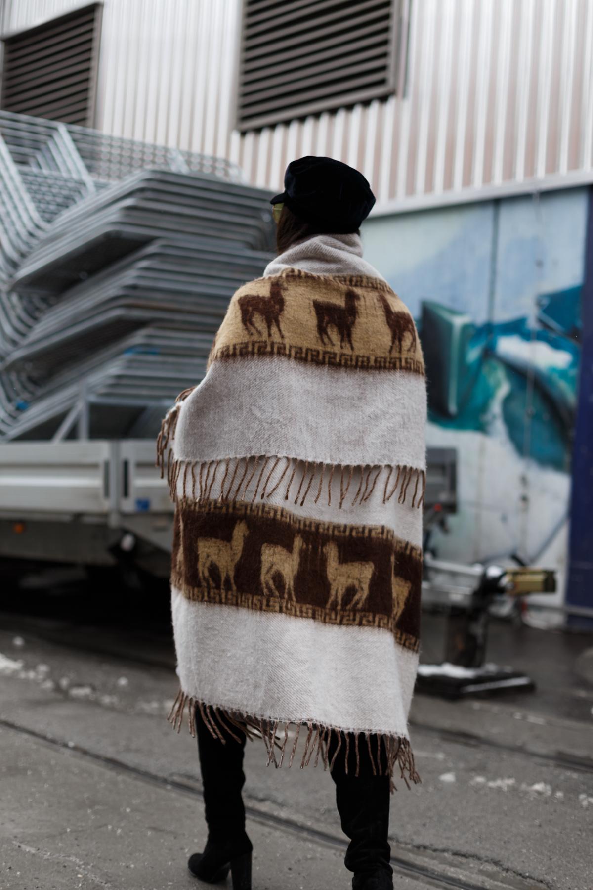 poncho - winterlook - werksviertel münchen - streetstyle - fashionblog münchen - blogger de - wildleder overkneestiefel - schirmmütze - retro brille gelb