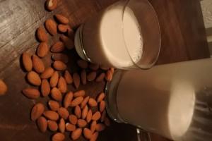 healthy homemade almond milk vegan sugar-free dairy-free minimalist