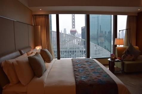 Mandarin Oriental Shanghai - Club Room River View bed