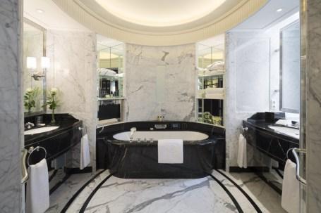 Peninsula Paris - Deluxe room bathroom