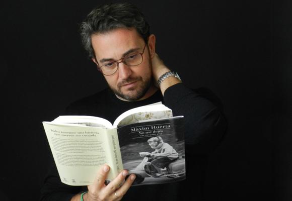 Màxim Huerta leyendo uno de sus libros