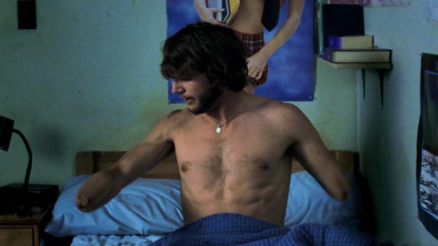 Sempre il talentuoso Kutcher; qui sprovvisto degli arti superiori