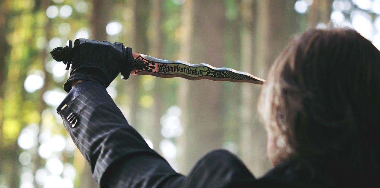 ouat-2x01-rumpel-dagger