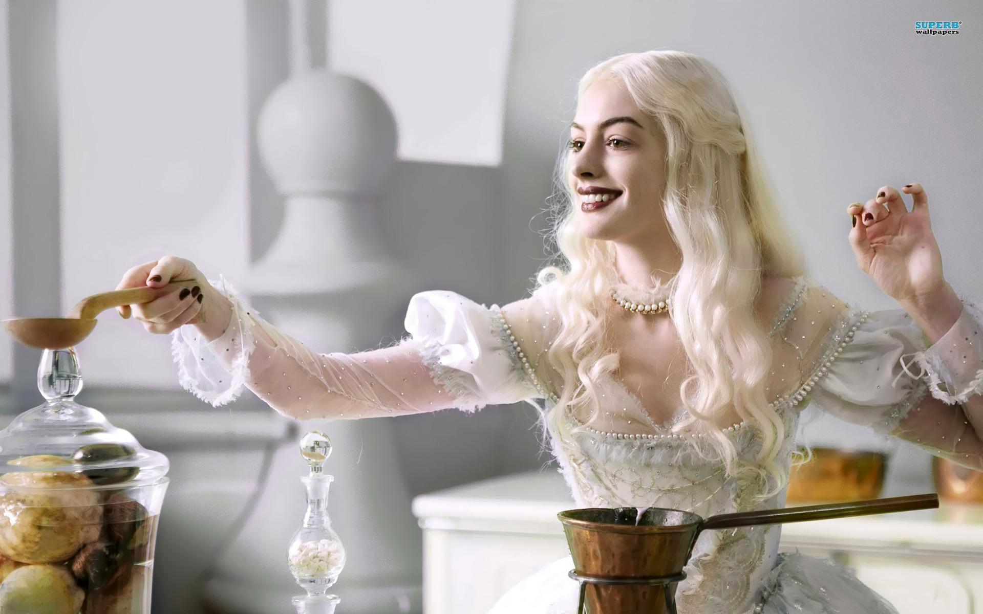 Alice-in-Wonderland-Anne-Hathaway-As-White-Queen