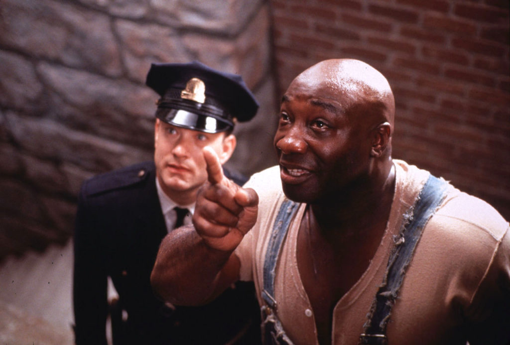 """LAB04:GREEN MILE:LOS ANGELES,CALIFORNIA,12DEC99 - UNDATED PUBLICITY PHOTO - Actor Tom Hanks portrays death row prison guard Paul Edgecomb,with prisoner John Coffey,played by Michael Clarke Duncan (R),in a scene from the new drama film """"The Green Mile."""" The film,from a Stephen King novel,opened December 10 in the United States. fsp/Photo by Ralph Nelson-Castle Rock Entertainment REUTERS"""
