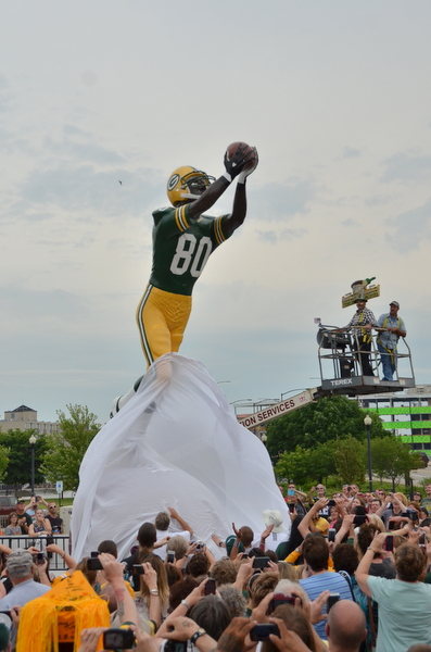 donald-driver-statue-titletown-packers-003