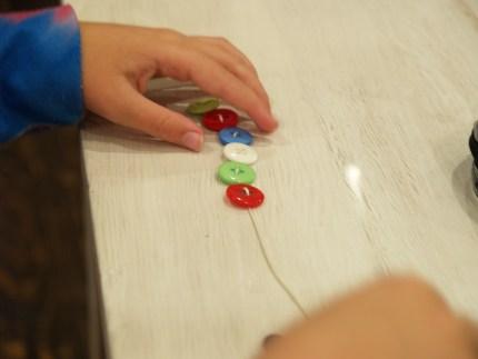 Button Christmas Garland :: DIY Tutorial :: www.theMagicOnions.com