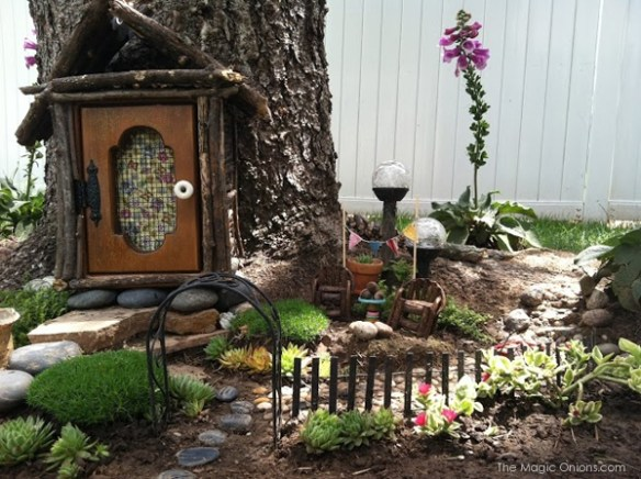 Tree Trunk Fairy Garden : Finalist in 2014 Fairy Garden Contest : www.theMagicOnions.com