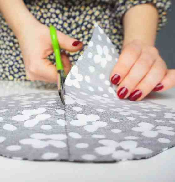 Make your own easy & quick zipper pouch | A DIY by The Makeup Dummy