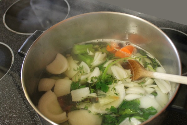 How to make your own vegetable stock - An easy recipe to make homemade low sodium vegetable broth