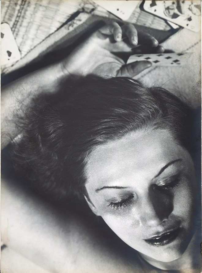 Femme aux cartes, 1930, cm 39 x 28,5 Credits: Florence Henri © Galleria Martini & Ronchetti