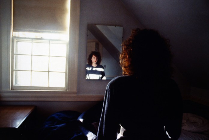 Nan Goldin, Self-Portrait in the Mirror, The Lodge, Belmont, MA, 1988 Cibachrome 69,5 x 101,5 cm Fondazione MUSEION. Museo di arte moderna e contemporanea Bolzano. Collezione / Collection Enea Righi Photo © Antonio  Maniscalco