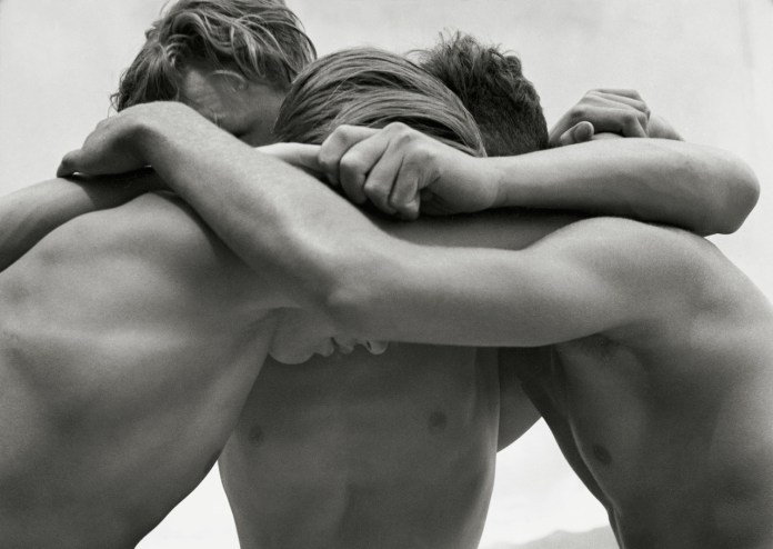 Giovani abbracciati  Mar Baltico 1933 Herbert List