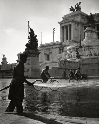 Piazza Venezia di mattino Roma 1949 Herbert List