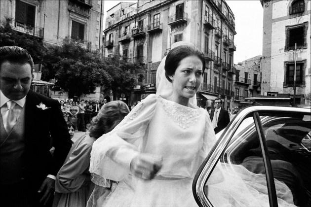 Letizia Battaglia La sposa inciampa sul velo Casa Professa, Palermo, 1980 Courtesy l'artista
