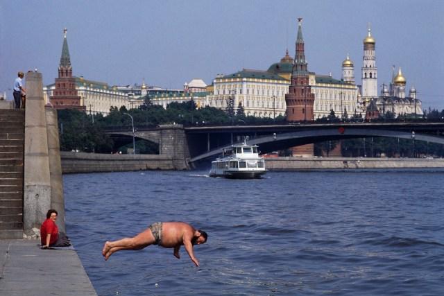 Mosca 1987tuffo nelle acque della Moscova di fronte al Cremlino © Mauro Gallingani