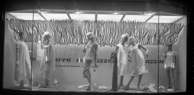 Publifoto Roma, Vetrina La Rinascente, 1960, fotografia b.n., scansione da lastra