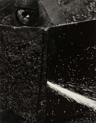 Kiyoshi Niiyama (Prefettura di Ehime, Giappone, 1911 – Tokyo, Giappone, 1968) Senza titolo (Saldatore), anni cinquanta-sessanta Untitled (Welder), 1950s-1960s Stampa ai sali d'argento Gelatin silver print 52,4 × 41,2 cm © Estate of the Artist - Kiyoshi Niiyama