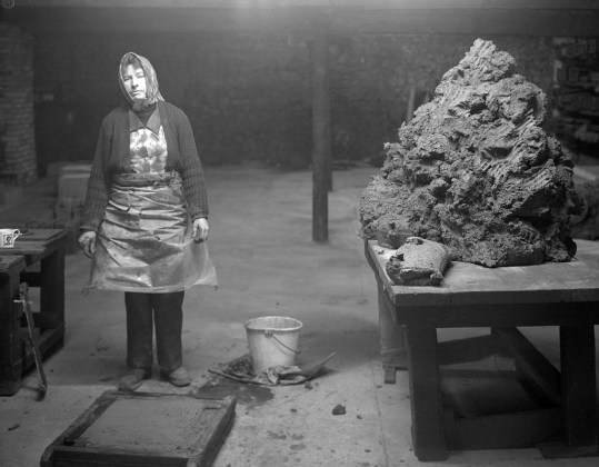 JOHN MYERS OPERAIA ADDETTA ALLA PRODUZIONE DI MATTONI, WILLIAM MOBBERLEY BRICKWORKS, KINGSWINFORD, 1983 © JOHN MYERS