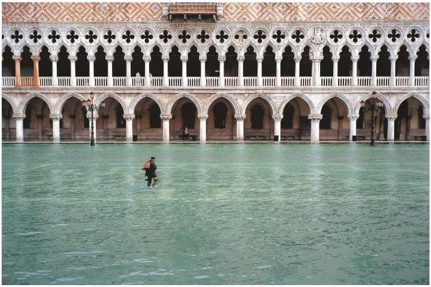 Fulvio Roiter Acqua alta in Piazzetta San Marco, 2002 © Fondazione Fulvio Roiter