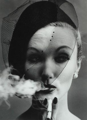 William Klein, Smoke+Veil, 1960, stampa ai sali d'argento, cm 50 x 40, Courtesy: ©William Klein/Courtesy Contrasto Galleria Milano
