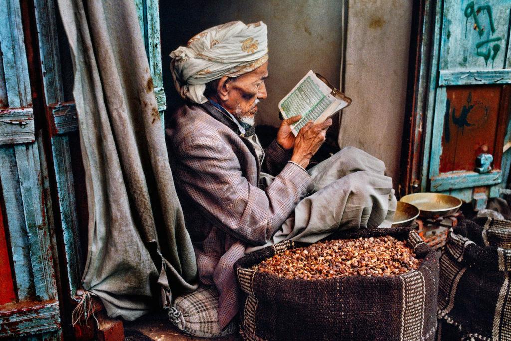 steve mccurry uomo dello yemen legge un libro