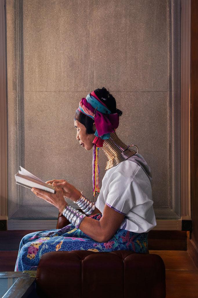 steve mccurry lettura donna tailandese legge libro
