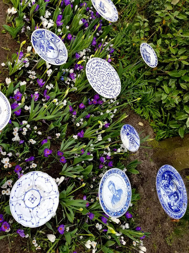 Traditional Delft plates used as garden decorations at Keukenhof.