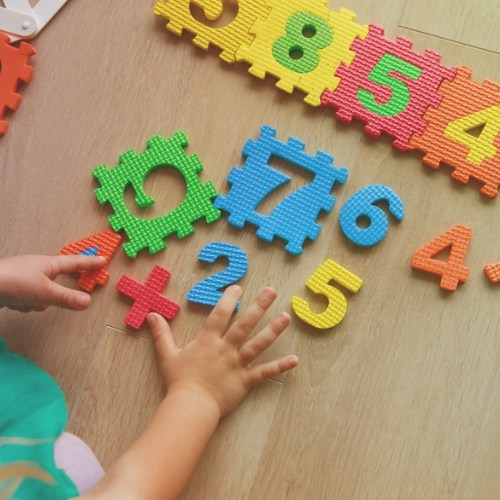 Looking for fun ways to introduce numbers to your toddler? If so, check out these 10 easy strategies to help you begin to teach counting to your toddler. Toddler Counting Activities, Toddler Activities, Homeschool, Preschoolers, Preschool