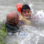 Niño Hondureño es salvado por un official de la patrulla fronteriza