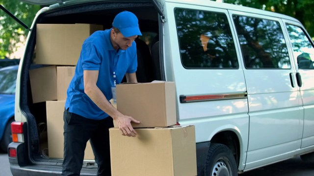 Benefits of Hiring a Moving Company to Help you Move. Moving can be both exciting & extremely stressful. Check out these tips! #movingday #movingtips