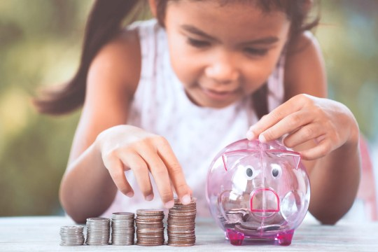 How much allowance should you pay your child? This guide will help you determine your child's allowance amount with ease! #parentingtips #allowance #finances #teachingaboutmoney #money