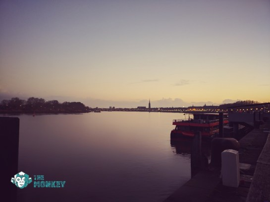 Il lungo fiume di Bordeaux al tramonto