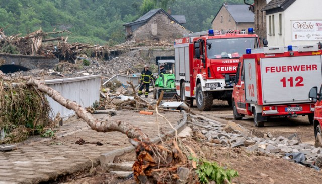 مغربی جرمنی کے شہر الٹینہار میں فائر بریگیڈ کے ممبران ملک کے مختلف حصوں میں شدید بارشوں کے نتیجے میں کلیئرنگ کام کے دوران مدد فراہم کرتے ہیں جس سے بڑے پیمانے پر سیلاب آرہا ہے اور بڑا نقصان ہوا ہے۔  ریسکیو کارکنوں نے 17 جولائی کو مغربی یورپ کو زندہ یادوں میں مارنے والے بدترین سیلاب سے تباہ ہونے والے تباہی سے بچ جانے والے افراد اور تباہی کا نشانہ ڈھونڈنے کے ل sc ریسکیو کارکنوں کی تلاش شروع کردی ، جس سے پہلے ہی 150 سے زیادہ افراد ہلاک اور درجنوں مزید لاپتہ ہوچکے ہیں۔  - اے ایف پی