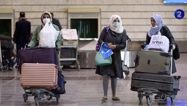 5 مارچ 2020 کو ایران سے واپس آنے والے عراقی مسافر نجف بین الاقوامی ہوائی اڈے پر حفاظتی ماسک پہنے۔ - اے ایف پی / فائل