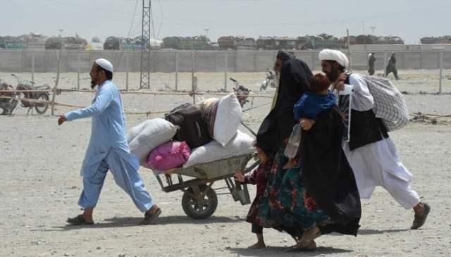 لوگ 17 جولائی 2021 کو پاکستان کے سرحدی قصبہ چمن میں بارڈر کراسنگ پوائنٹ کی طرف چل رہے ہیں۔ - اے ایف پی