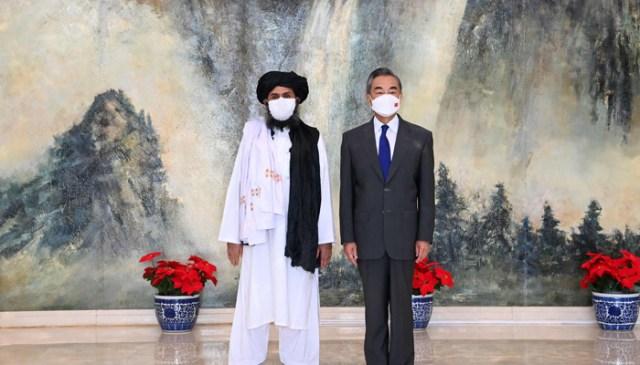 چین کی سنہوا نیوز ایجنسی کے ذریعہ 28 جولائی ، 2021 کو لی گئی اور یہ تصویر جاری کی گئی ہے جس میں چینی ریاست کے کونسلر اور وزیر خارجہ وانگ یی (ر) نے تیانجن میں افغانستان کے طالبان کے سیاسی سربراہ ملا عبد الغنی برادر سے ملاقات کی ہے۔  - اے ایف پی
