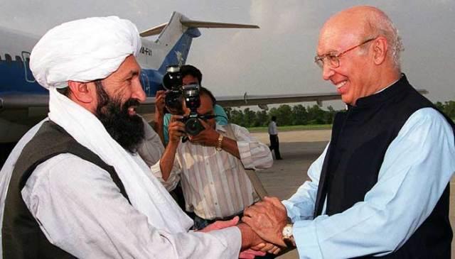 25 اگست 1999 کو لی گئی اس فائل فوٹو میں پاکستانی وزیر خارجہ سرتاج عزیز اپنے افغان طالبان ہم منصب ملا محمد حسن اخوند (ایل) کو اسلام آباد سے تقریبا 25 25 کلومیٹر دور راولپنڈی میں ایک ایئر فورس بیس پر وصول کر رہے ہیں۔  - اے ایف پی