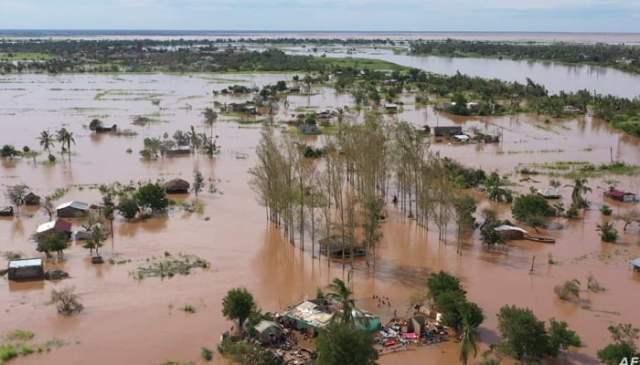 یونیسیف کی جانب سے 24 جنوری 2021 کو ہینڈ آؤٹ فضائی ویڈیو فوٹیج سے لی گئی یہ ویڈیو ، موزیمبیک کے بوزی علاقے میں بڑے پیمانے پر سیلاب کو دکھاتی ہے جو کہ طوفان ایلوس کے لینڈ فال کے بعد ہے۔  اے ایف پی/فائل