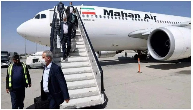 مسافر 15 ستمبر کو کابل کے ہوائی اڈے پر مہان ایئر کی پرواز سے اتر رہے ہیں۔ فوٹو اے ایف پی۔
