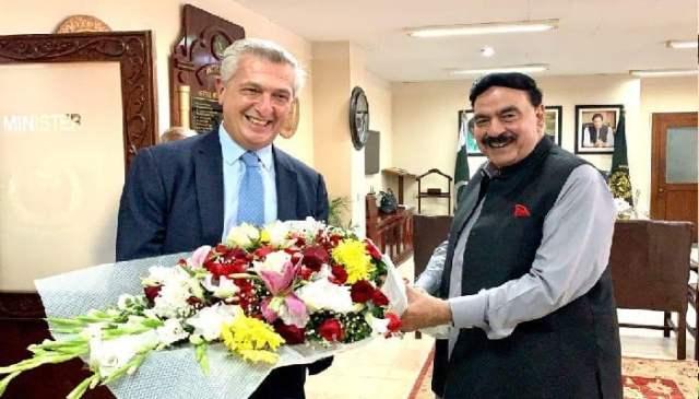 ملاقات میں دونوں شخصیات نے افغان انخلاء کے عمل اور افغان شہریوں کے لیے امداد سے متعلق امور پر تبادلہ خیال کیا۔  تصویر @شخ رشید/ٹویٹر۔