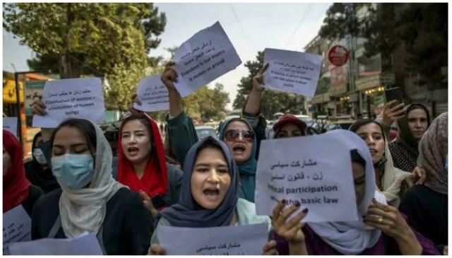 ایک درجن کے قریب افغان خواتین نے اتوار کو پرانی وزارت برائے امور خواتین کے باہر مختصر احتجاج کیا ، جس کی جگہ اب ایک محکمہ نے لے لی ہے جس نے سخت اسلامی نظریے کو نافذ کرنے کے لیے بدنامی حاصل کی ہے - اے ایف پی