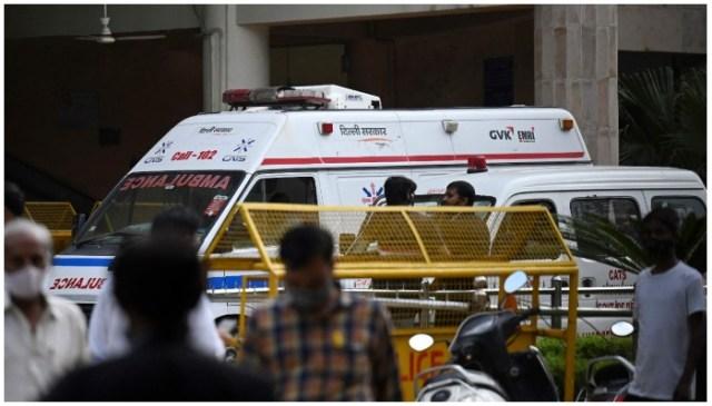 مقامی میڈیا کی رپورٹ کے مطابق 24 ستمبر 2021 کو نئی دہلی میں روہنی عدالت کے اندر ایک ایمبولینس نظر آرہی ہے جب ایک بدنام زمانہ بھارتی گینگسٹر کو وکیلوں کے لباس میں ملبوس مسلح افراد نے ایک کمرہ عدالت میں خونی فائرنگ کے تبادلے میں ہلاک کردیا جہاں تین افراد ہلاک ہوگئے۔  تصویر منی شرما/اے ایف پی