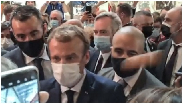 لیون میگ ڈاٹ کام کی فوٹیج سے بنائی گئی یہ ویڈیو فرانسیسی صدر ایمانوئل میکرون کے کندھے پر انڈے اچھالتے ہوئے دکھائی دیتی ہے - اے ایف پی