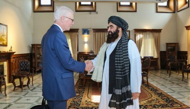 وزیر خارجہ عامر خان متقی (مرکز) 5 اکتوبر 2021 کو کابل میں برطانیہ کے وزیر اعظم بورس جانسن کے اعلی نمائندے سائمن گاس (مرکز) سے ملاقات کر رہے ہیں۔