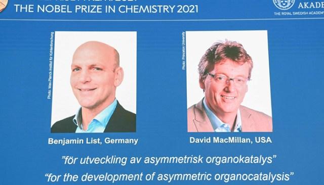 اسٹاک ہوم ، سویڈن میں رائل سویڈش اکیڈمی آف سائنسز میں ایک پریس کانفرنس کے دوران ، ایک اسکرین 2021 کے کیمسٹری ، جرمنی کے بینجمن لسٹ (ایل) اور امریکہ کے ڈیوڈ میک ملن کے شریک فاتحوں کو دکھاتی ہے۔ - اے ایف پی