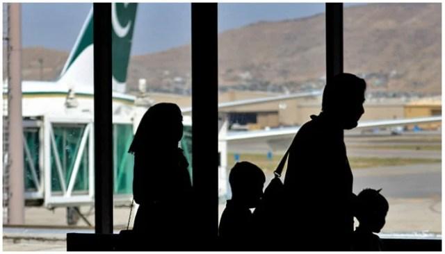 مسافر 13 ستمبر 2021 کو افغانستان ، کابل کے ہوائی اڈے پر پاکستان انٹرنیشنل ایئرلائن کے طیارے میں سوار ہونے کے لیے روانہ ہوئے۔ فوٹو - اے ایف پی